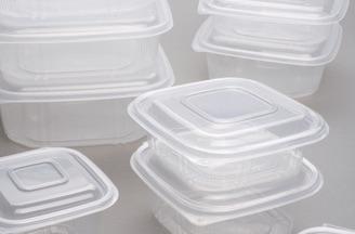 Contenitori in plastica in forma quadrata con coperchio incernierato